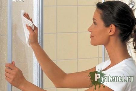 женщина протирает стекло