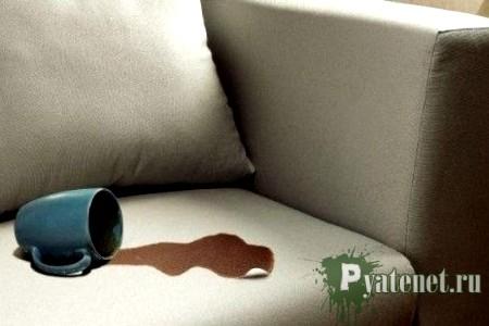 опрокинутая на диван кружка