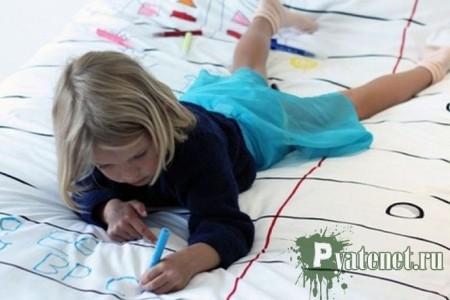 девочка пишет на ткани