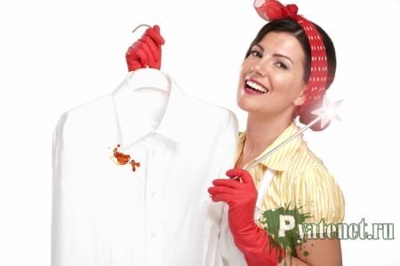 хозяйка держит испачканную рубашку