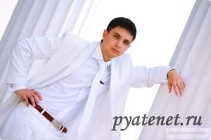 мужчина в белоснежном костюме