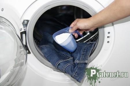 стиральный порошок засыпают в стиральную машину