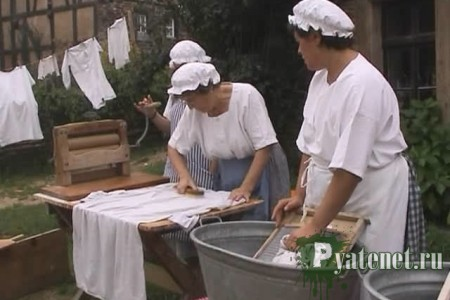 женщины стирают
