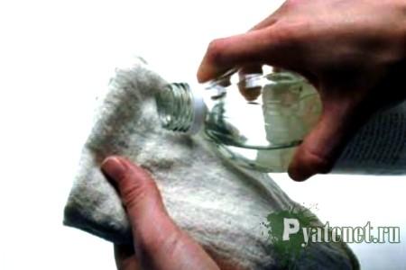 смачивание жидкостью тряпки