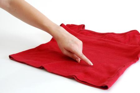 палец указывает на блузку