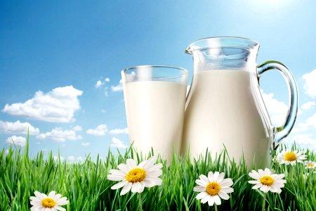 молоко в стакане и кувшине
