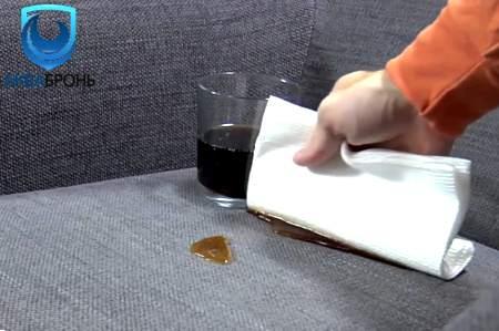 разлитая на диван жидкость
