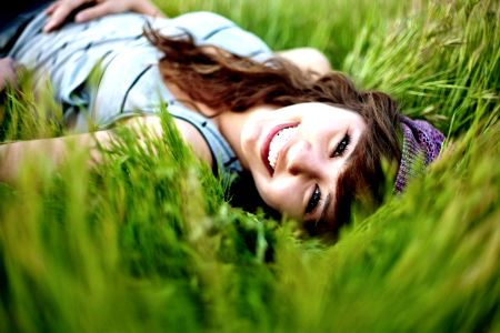 девушка лежит на поле