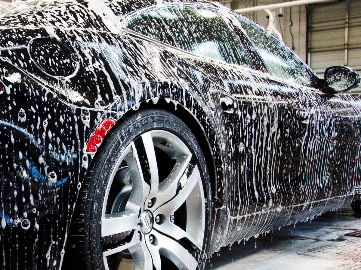 процес учищения автомобиля от тополиных почек