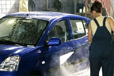 женщина моет машину