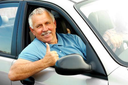 счастливый мужчина за рулем