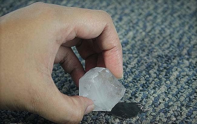 удаление пластилина с ковра холодом